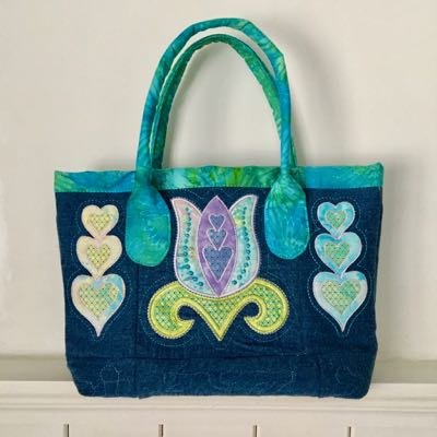 Tote bag made with blocks form the Tulip quilt block pattern